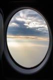 Ansicht der nebeligen Überwendlingsnaht bewölkt Sonnenlicht-Strahln-Strahlen durch Airpla Lizenzfreie Stockfotografie