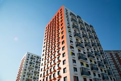 Ansicht der neuen Häuser an einem klaren sonnigen Tag lizenzfreie stockfotografie