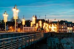 Ansicht an der niederländischen Brücke Sint Servaas mit Weihnachtslichtern in M Stockbilder