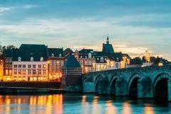 Ansicht an der niederländischen Brücke Sint Servaas mit Weihnachtslichtern in M Lizenzfreie Stockfotos