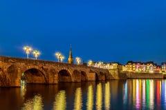 Ansicht an der niederländischen Brücke Sint Servaas mit Weihnachtslichtern in M Lizenzfreie Stockbilder