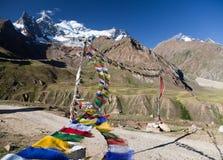 Ansicht der Nonne Kun Range mit buddhistischen Gebetsflaggen stockfoto