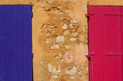 Ansicht der ockerhaltigen Wand und der bunten Türen in Roussillon-Dorf, Frankreich Stockfoto