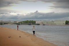 Ansicht der Palast-Brücke in St Petersburg durch den Peter und den Paul lizenzfreie stockfotos