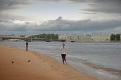 Ansicht der Palast-Brücke in St Petersburg durch den Peter und den Paul lizenzfreies stockfoto