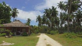 Ansicht der Palmen und der kleinen Hütte auf exotischer Insel, La Digue, Seychellen 3 stock video footage