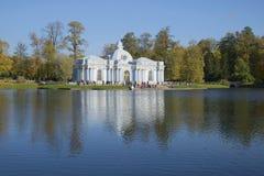 Ansicht der Pavillon Grotte, goldener Herbst Catherine Park von Tsarskoye Selo Stockbild