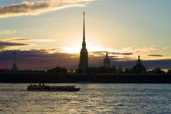 Ansicht der Peter- und Paul Fortress-im Mai Dämmerung St Petersburg, Russland Lizenzfreies Stockbild