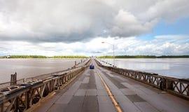 Ansicht der Pontonbrücke Demerara-Hafen-Brücke in Guyana lizenzfreie stockfotos