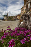 Ansicht der Promenade bei Camogli über Blumen Lizenzfreies Stockfoto
