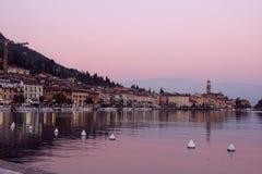 Ansicht der Promenade von See Garda am Abend Stockbilder