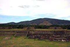 Ansicht der Pyramide des Mondes und der Pyramide des Sun bei Teotihuacan Lizenzfreies Stockbild