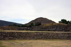 Ansicht der Pyramide des Mondes und der Pyramide des Sun bei TeotihuacanView der Pyramide des Sun bei Teotihuacan Stockfoto
