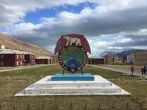 Ansicht der Pyramiden-Geiststadt in arktischem Svalbard lizenzfreie stockfotos