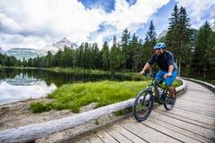 Ansicht der Radfahrerreitmountainbike auf Spur in den Dolomit, Tre C Lizenzfreie Stockbilder