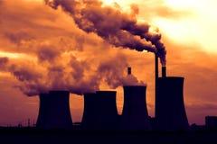 Ansicht der rauchenden Kohleenergieanlage bei Sonnenuntergang Stockbilder