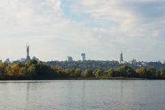 Ansicht der rechten Bank des Dnipro-Flusses Stockfotografie