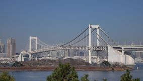 Ansicht der Regenbogenbrücke an Tokyo-Bucht in Tokyo, Japan stock video