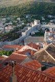 Ansicht der Rotdächer und der Stadtmauern von Dubrovnik Stockfotografie
