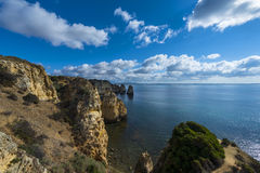 Ansicht der Sandsteinklippen beim Ponta DA Piedade und das Lagos bellen in Algarve, Portugal Lizenzfreies Stockfoto