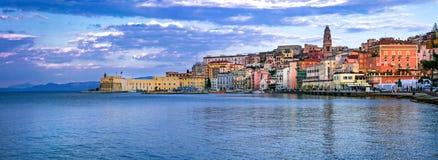 Ansicht der schönen Küstenstadt Gaeta Marksteine von Italien, Lazio lizenzfreies stockfoto