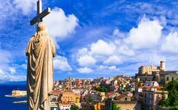 Ansicht der schönen Küstenstadt Gaeta Marksteine von Italien, Lazio lizenzfreie stockfotografie