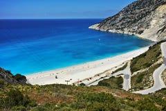 Ansicht der schönen Myrtos-Buchtstraße zum auf den Strand zu setzen, Kefalonia, ionische Inseln Lizenzfreies Stockbild