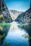 Ansicht der schönen Touristenattraktion, See an Matka-Schlucht in den Skopje-Umgebungen, stockfoto