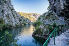 Ansicht der schönen Touristenattraktion, See an Matka-Schlucht in den Skopje-Umgebungen lizenzfreie stockfotografie