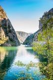 Ansicht der schönen Touristenattraktion, See an Matka-Schlucht in den Skopje-Umgebungen stockfoto