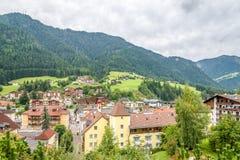 Ansicht an der schlechten Stadt Ortisei in Italien-Dolomit Stockfotos