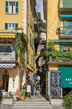 Ansicht der schmalen Gasse im Abhang und in den Leuten in Bellagio Lizenzfreie Stockfotos