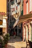 Ansicht der schmalen Straße mit grober Steinpflasterung Stockfotos
