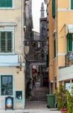 Ansicht der schmalen Straße zwischen zwei Farbalten Häusern Stockfotografie