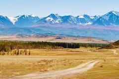 Ansicht der schneebedeckten Norden-Chuyastrecke und der Kurai-Steppe in den Altai-Bergen, Sibirien, Russland lizenzfreies stockbild