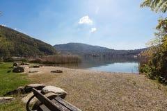Ansicht der Seelandschaft mit einer Bank lizenzfreie stockbilder
