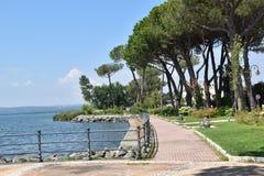 Ansicht der Seeseite bis zum Tag mit Fußgängerstraße und Meer stockbilder