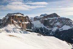 Ansicht der Sella-Gruppe mit Schnee in den italienischen Dolomit Stockbilder