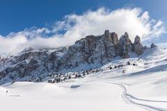 Ansicht der Sella-Gruppe mit Schnee in den italienischen Dolomit vom Skigebiet Lizenzfreie Stockbilder