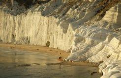 Ansicht der Skala der Türken mit Badegästen auf dem Strand bei Sonnenuntergang Stockfotos