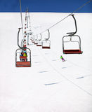 Ansicht der Skifahrenrücksortierung mit Sesselliften Stockbilder