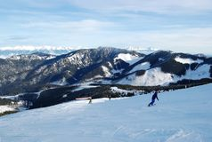 Ansicht der Skisteigungen und der Wintergebirgszüge des Tatras im Erholungsort von Jasna lizenzfreies stockfoto