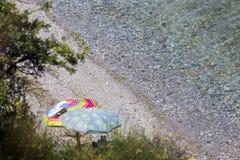 Ansicht der Sonnenschirme am Strand von Katerini in Griechenland Lizenzfreie Stockbilder