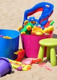 Ansicht der Spielwaren der Kinder im Sandkasten Lizenzfreie Stockbilder