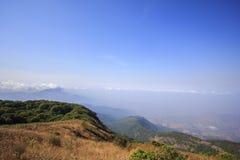 Ansicht der Spitze des Berges und des blauen Himmels bei Kio Mae Pan, Nationalpark Doi Inthanon, Chiang Mai, Thailand Stockbild