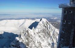 Ansicht der Spitzen der Berge von der Höhe von Lomnicky St. stockfoto