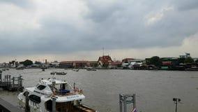 Ansicht der Stadt Bangkok in Thailand-Republik mit buntem Paddelbootstag zur Glättung von ÜbergangsZeitspanne auf dem Chao Phraya stock footage