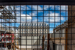 Ansicht der Stadt durch das Gitter Lizenzfreies Stockbild