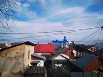 Ansicht der Stadt mit farbigen Dächern lizenzfreie stockfotos