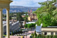 Ansicht der Stadt in der russischen Stadt von Kislovodsk mit Bergblicken lizenzfreie stockfotografie